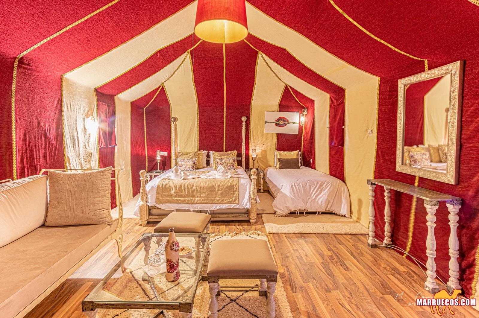 Habitacion lujo de un campamento del desierto de Merzouga en el sur de Marreucos