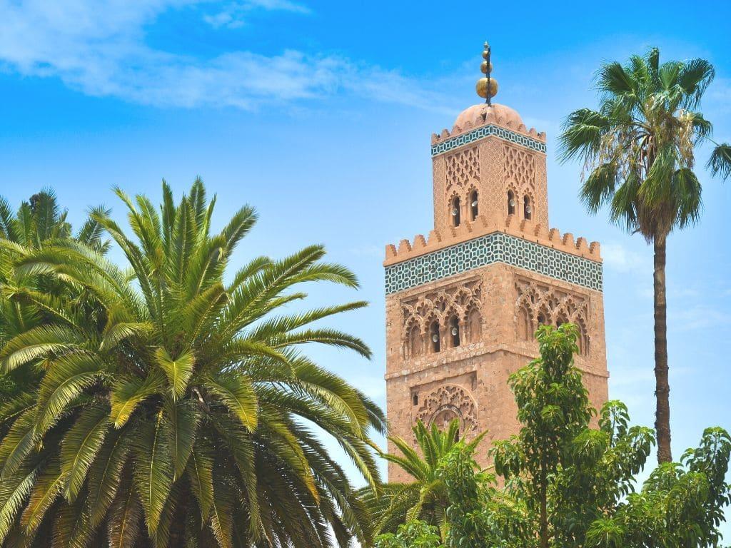 Cómo puedo contactar a MarruecosCom para reservar un tour