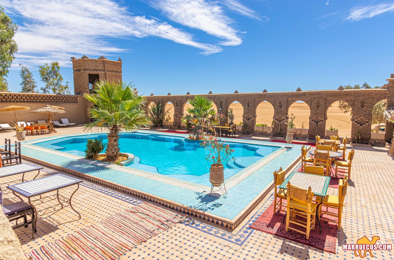 Hotel con piscina en las dunas de Merzouga en Marruecos