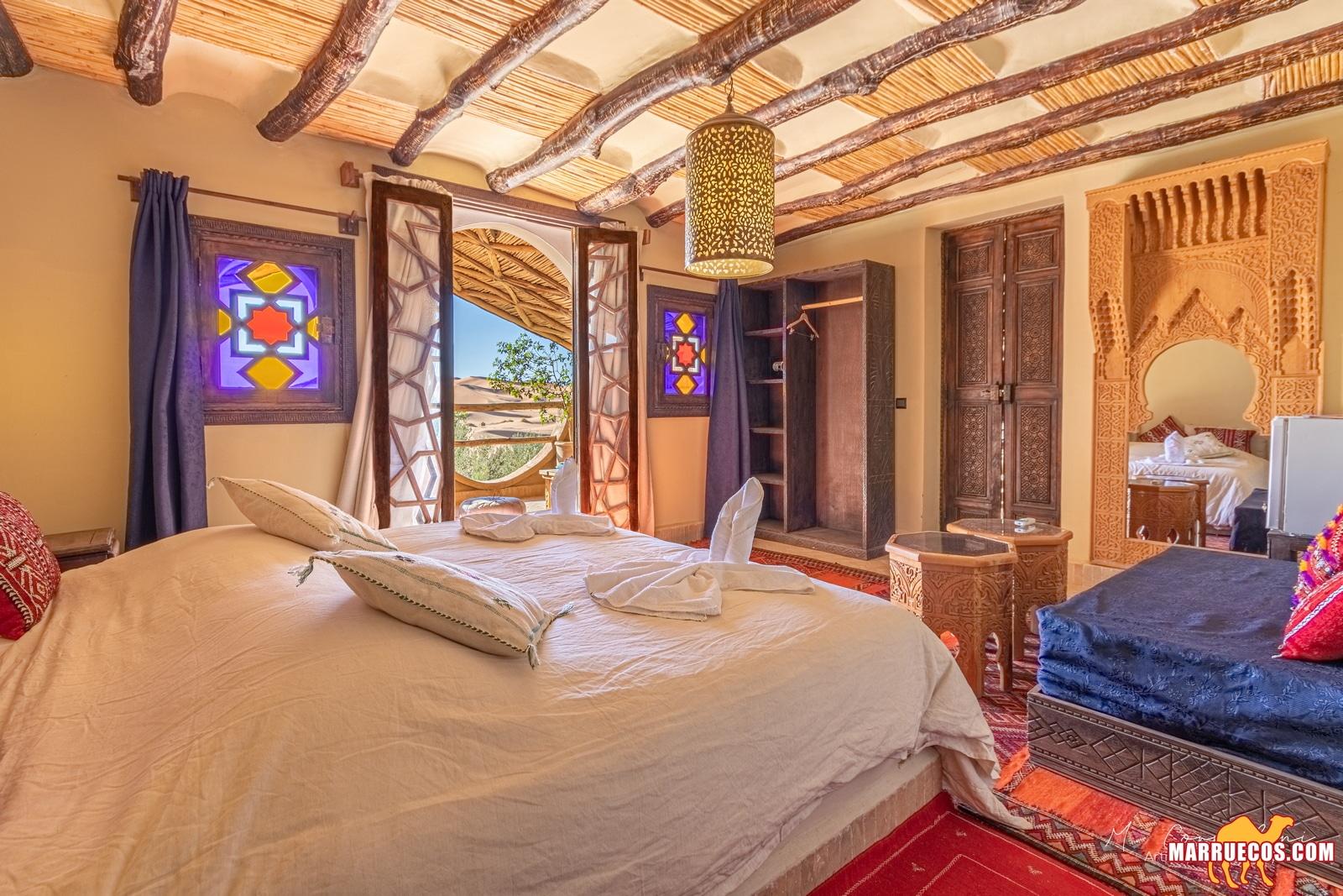 Riad con la ventana que se puede mirar a las dunas del desierto de Marruecos