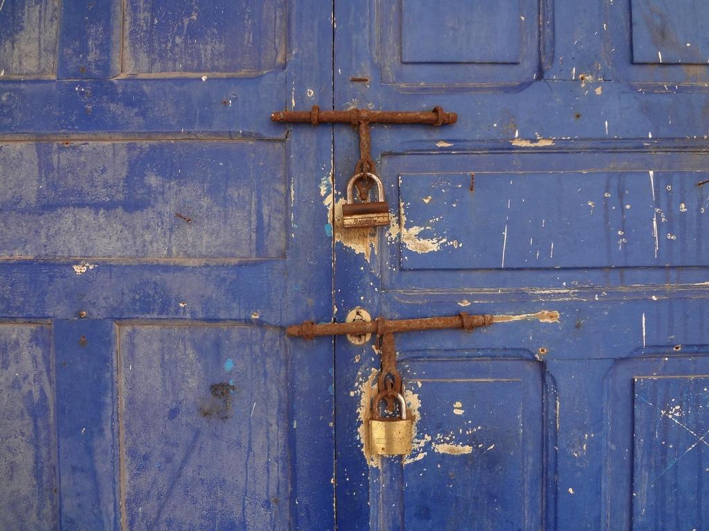 Detalle de una puerta azul en Marruecos