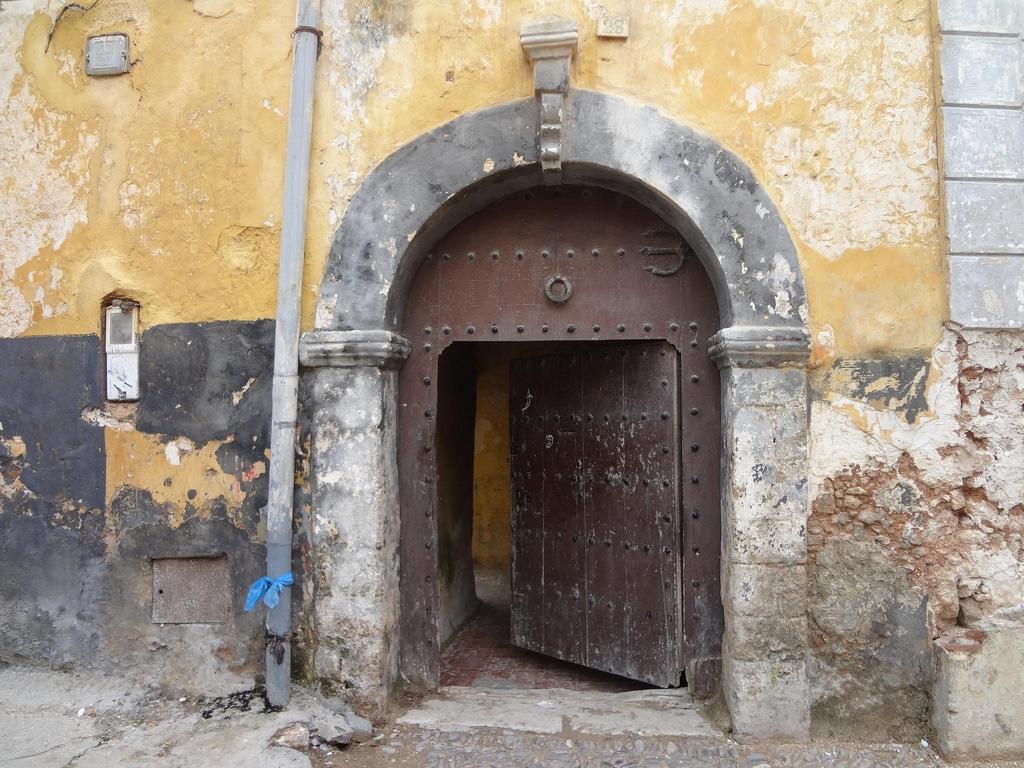 Puerta en la Medina de El Jadida en Marruecos