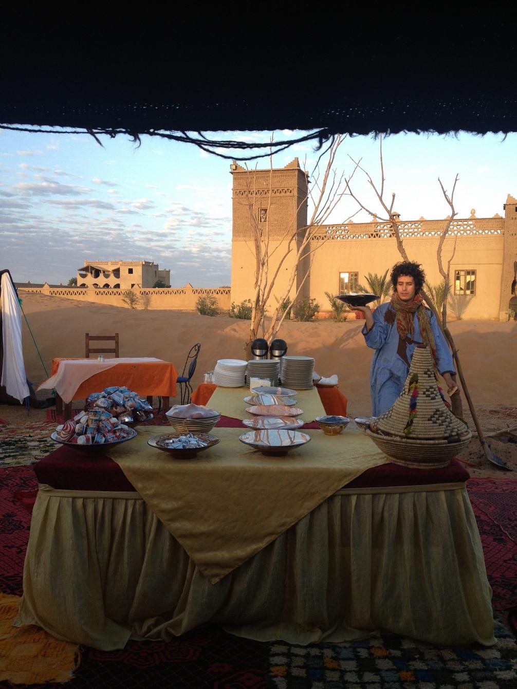 Comida tradicional en restaurante hotel del desierto