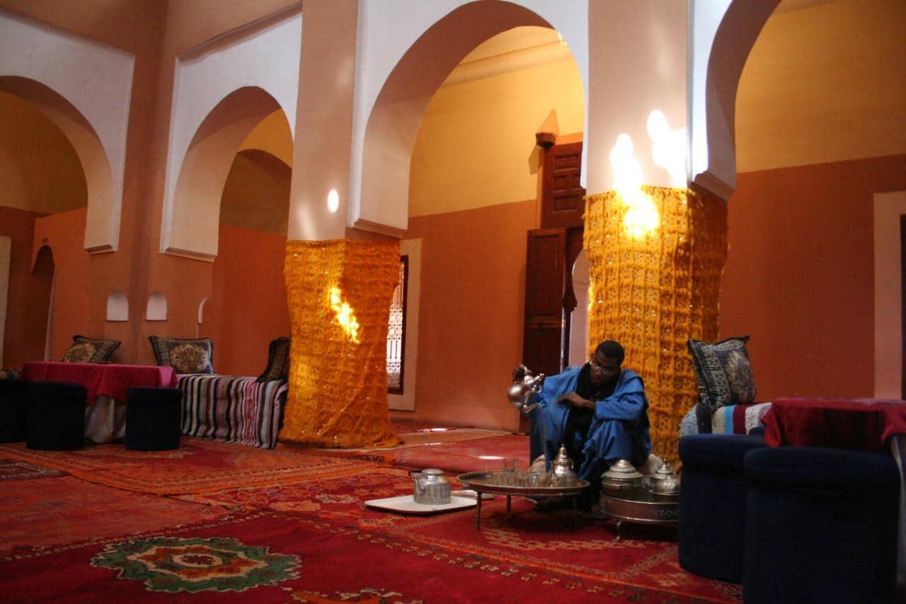 Sirviendo té de menta en una kasbah