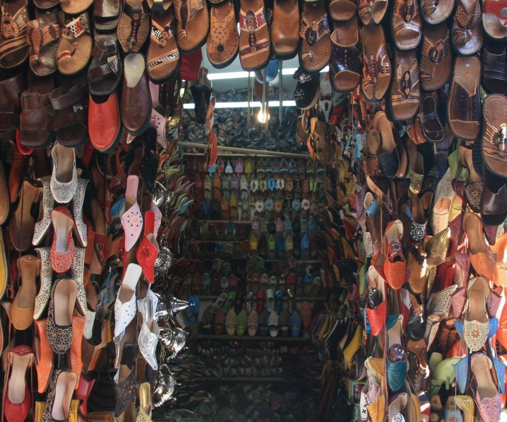 Tienda De Zapatos Marroquís En El Zoco De Marrakech